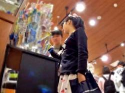 【盗撮】お友達と買い物を楽しむ大人しそうなメガネJCの綿の星柄ぱんつ逆さ撮りする奴wwwwの画像