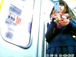 【盗撮】ブレザーに紺ハイソックスの正統派美少女JKの制服パンチラが激シコすぎるwwwの画像