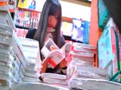 【盗撮】立ち読み中の美少女JKちゃんの隙だらけの股間を逆さ撮りしたらナプキンがハミ出してたwwwwの画像