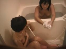 【民家盗撮】ちっぱい妹とむっちりお姉ちゃんの仲良し姉妹の入浴シーンを窓の隙間から隠し撮り・・・の画像