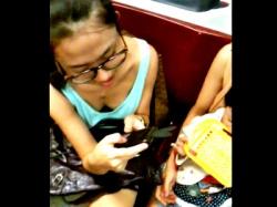 変態「電車に無防備なタンクトップ女子がいたから胸チラ盗撮しまくったったw」(動画あり)の画像