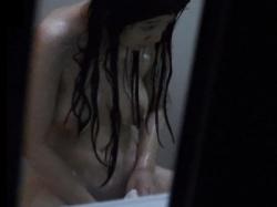 """【衝撃映像】マン毛のお手入れ中の巨乳美女に """"盗撮バレ"""" するこの動画がやばすぎる件・・・の画像"""