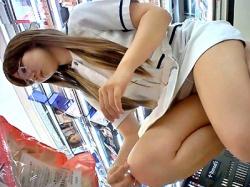【動画】コスメショップの美人店員さん、えちえちwwwwwww(長時間パンチラ)の画像