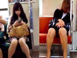 【若い娘&熟睡OL】電車で怪しまれながら対面盗撮してきたから見てくれwww(動画2本)の画像