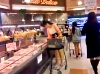 【逆さ撮り盗撮】スーパーで夕食の買い出しをする清楚な奥様方の日常パンティーの画像