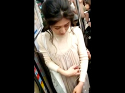 【本物痴漢動画】おっぱいを肘で触られても抵抗できない美女の動画がSNSに公開されてるんだが・・・の画像
