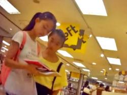 アドケナイお顔がやば・・休日の店内でJSCのキャラクタープリント木綿ぱんつ3連発逆さ撮り(盗撮動画)の画像