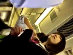 【盗撮動画】外見は大人しそうなのにエッチなパンツを穿いてる美少女JKちゃん、逆さ撮りされるwwwwの画像