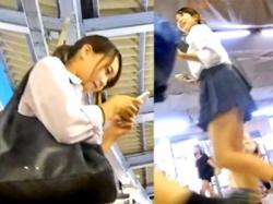 激カワレベルの美少女JKをパンチラ盗撮!通学中に粘着してテカリサテン生地を奪取・・!の画像