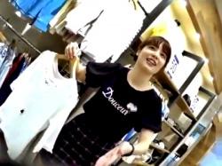 笑顔で何でも言うことを聞いてくれる美人ショップ店員にも容赦のないパンチラ盗撮を行う鬼畜撮り師(動画あり)の画像