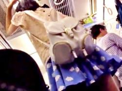 【ガチ映像】おしゃれしてお出かけ中のスレンダーJCちゃん、電車で逆さ撮り盗撮被害にあってしまうの画像