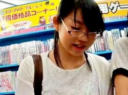 アニメショップの同人誌コーナーにて、アニヲタメガネJCの木綿ぱんつを逆さ撮り盗撮(その他多数)の画像