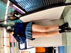 【盗撮動画】電車で美脚をひけらかす激ミニ青チェJKの長時間耐空フロントパンチラの画像
