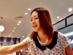 薄顔美人なアパレル店員ちゃん、恥ずかしいナプキンの羽付きパンチラを盗撮される被害(動画あり)の画像