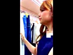 ショップ店員の接客パンチラ盗撮。このレベルの美女だったらめちゃくちゃ抜けるwww(動画あり)の画像