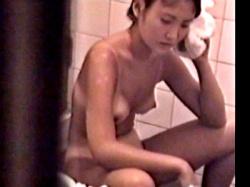 【民家盗撮】ビキニの日焼け跡くっきりの生意気そうな娘、マ○コにシャワーを当てて気持ちよくなってしまうwwwの画像