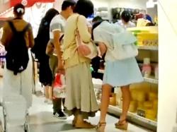 ※顔出し ママ同伴の私服JCちゃん、穢れのない純白綿パンツを逆さ撮り盗撮される・・・(動画あり)の画像