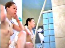 伝説の本物銭湯盗撮動画。女子風呂洗い場で若い娘の美乳見放題wwwの画像
