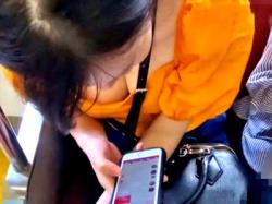 胸元がざっくり開いたシャツ着たJDちゃん、早速電車で胸チラ盗撮の餌食になる(動画あり)の画像