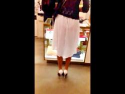 【盗撮動画】買い物中の美女、スカートの裏地がめくれてパンツが透け透けになるハプニングwwwの画像