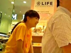 ミニスカ私服でパパと買い物中の美少女JCちゃん、まさかのパンチラ盗撮被害・・・(動画あり)の画像
