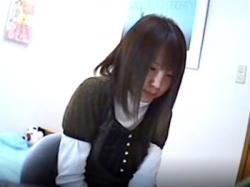 セクハラ家庭教師にビビりまくりの女子生徒、自宅の風呂場で全裸を隠し撮りされてしまう(動画あり)の画像