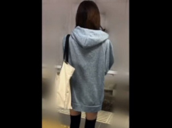 【痴漢映像】エロい服装で乗車中のミニスカギャルちゃん、電車の中なのにくちゅくちゅ&くぱぁされてしまうの画像