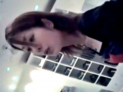伝説の撮り師の胸チラ盗撮動画。美人なアパレル店員の無防備な美乳首を顔出しでの画像