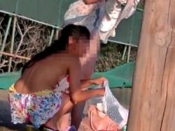 ビーチそばで水着ギャルの着替えを盗撮。ブラやらパンツやら見えまくりでヌイタwww(動画あり)の画像