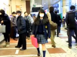 ライト+スカートめくりで超鮮明にパンチラ盗撮される美少女JKちゃんが発見されるww(動画あり)の画像