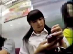 丸顔可愛いツインテJKちゃんの純白パンツを駅のホームでフロント撮り!の画像