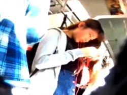 可愛いデニスカJDちゃんのテカテカ光る水色サテンパンツを電車で接写盗撮に成功!(動画あり)の画像