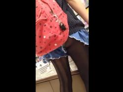 """盗撮動画 """"リュックにスカートが引っ掛かってパンチラしちゃてますちゃん""""の画像"""