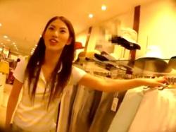 スレンダーボディで活発そうな美人ショップ店員、某有名撮り師のパンチラ盗撮の餌食になる(動画あり)の画像