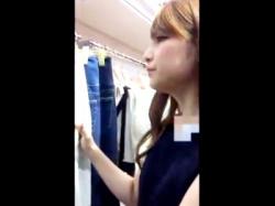 【盗撮動画】クールに接客するギャル系アパレルショップのSランク美人店員のフルバック純白パンツwwの画像