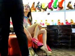 激ミニスカで男を誘惑しながら買い物中の極上素人ギャルパンチラがあまりにもエロすぎると話題www(動画あり)の画像
