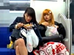 電車で目立ちまくりのギャルJKに執拗に粘着してパンチラ盗撮するこの動画がオカズに最適wwwの画像