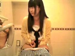 ※閲覧注意 コンビニ女子トイレの隠しカメラが捉えた美少女J○の恥ずかしすぎる放尿シーンがこちら・・・の画像