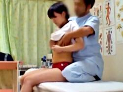 部活終わりのJCちゃん、ロリ●ン整体師に膨らみかけボディを悪戯されても抵抗できない・・(動画あり)の画像