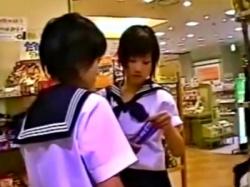 生意気そうな顔してクッソ可愛いパンツ履いてる制服JK達をまとめてパンチラ盗撮してきたwwwの画像