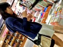 読書好きの若くて可愛い娘達を書店でパンチラ盗撮。余裕でしたwww(3人分:動画あり)の画像