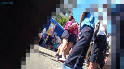 高校の文化祭に潜入して可愛いJKグループに近づき、スカート中身を逆さ撮りしてる映像を入手!の画像