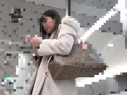 ブランド身にまとった女子大生さんがパンスト破られパンツの中に手入れられてる痴漢映像を入手!の画像