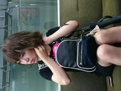 電車の対面で見つけた股間がムズムズする女さんの無防備な下半身、太ももパンチラの画像まとめ!の画像