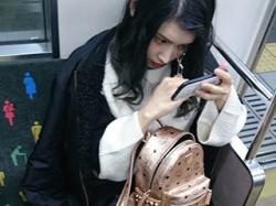 電車の座席に座ってるキレイお姉さんをスマホで隠し撮り!無防備な下半身に興奮する画像まとめ!の画像