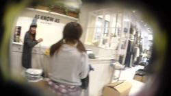 オシャ可愛い服屋ショップ店員さんが接客で無防備になってるスカートを逆さ盗撮してる映像入手!の画像