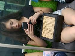 電車向かいに座ってるお姉さんの艶かしい下半身をスマホで隠し撮りされたと思われる画像まとめ!の画像