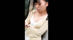 電車内の扉付近、胸元ユルユルの可愛い女さんをスマホ隠し撮りしてる映像!目があう激アツ展開!の画像
