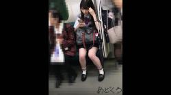 毎日同じ電車に乗ってくる制服JKさん、思い切って近接してパンツ隠し撮りしてみた!的な映像。の画像