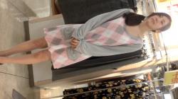 ダルダルの服を来てるショップ女店員さん、見事なパンチラと胸チラしてる姿を盗撮されてしまう!の画像